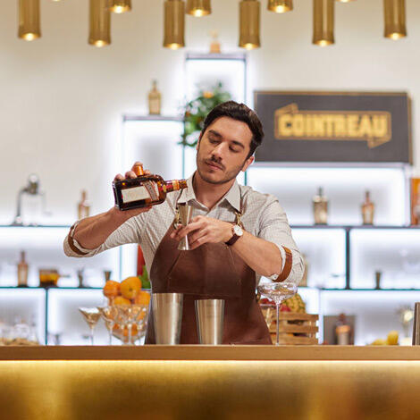 barman serving carré cointreau angers